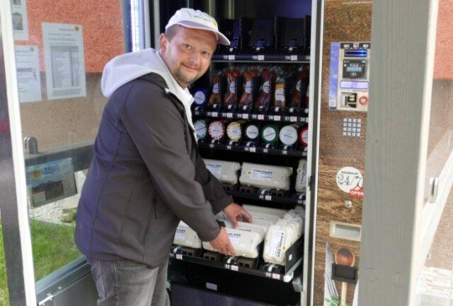 Den Automaten, der im Zschopauer August-Bebel-Wohngebiet steht, füllt Benjamin Kirsch ständig mit frischen Eiern auf.
