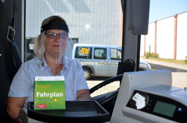 """Busfahrerin Jana Merkel hat das Visier bereits getestet: """"Man hat beim Fahrausweisverkauf die Hände frei und kann den Fahrgast auch anlächeln."""""""
