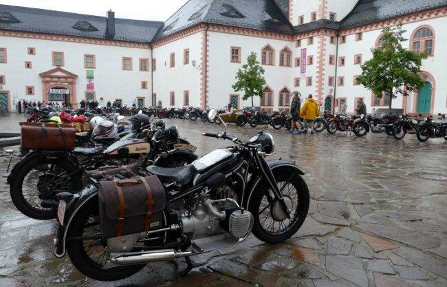 Trotz Regens war der Schlosshof gut gefüllt mit historischen Motorrädern.