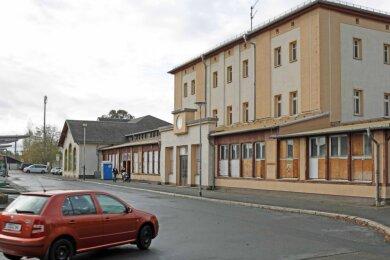 Das Gebäude des Werdauer Bahnhofes wartet weiter auf den Abrissbagger. Der noch für dieses Jahr geplante Start zur Umgestaltung des Areals verschiebt sich um circa ein Jahr.