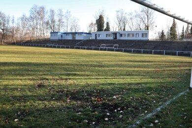 Blick in das kleine Gersdorfer Stadion. Der Verkauf des Rasens hat begonnen.