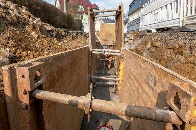 Die Erneuerung von Alt-Kanälen wie hier in der Pockauer Rathausstraße wird für Abwasserzweckverbände künftig teuer.