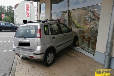 Das Auto rollte vom Parkplatz über den Fußweg in das Schaufenster der Apotheke.