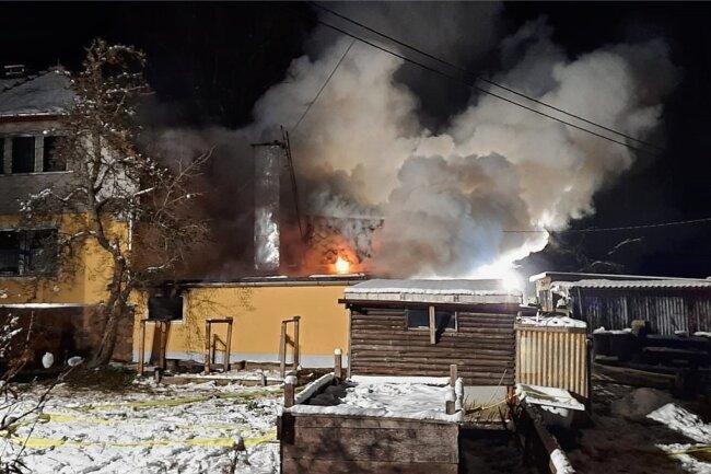 70 Feuerwehrleute konnten am Freitagabend ein Übergreifen der Flammen vom Schuppen auf das angrenzende Wohnhaus verhindern. Foto: Freiwillige Feuerwehr Großschirma
