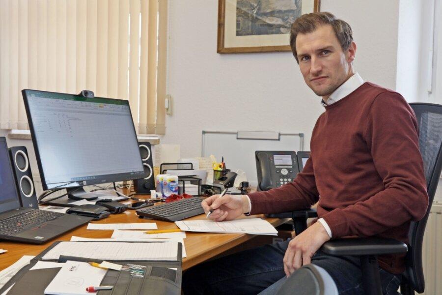 Martin Kunz an seinem Schreibtisch im Hartensteiner Rathaus. Viel lieber geht er aber raus und redet mit den Leuten.