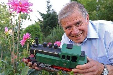 Frank Hofmann mit seiner Gartenbahn.