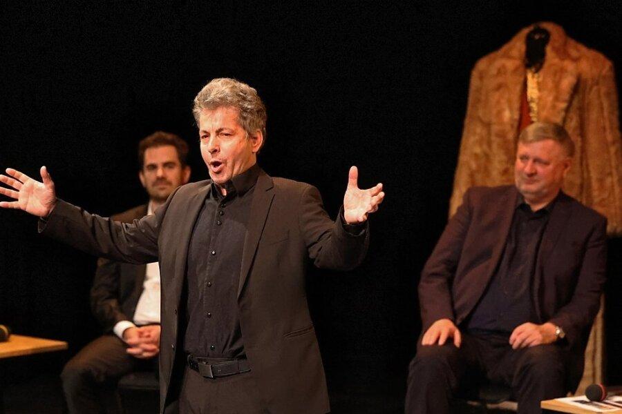 Marcus Sandmann mimt den Sänger mit nur drei Tönen. Zur Matinee gab er schon mal einen Vorgeschmack auf seinen Part. Im Hintergrund hören ihm Generalintendant Roland May (rechts) und Tenor André Gass zu.