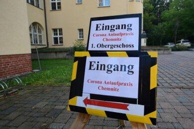Schilder auf dem Gelände des Küchwaldkrankenhauses weisen den Weg zur Corona-Testambulanz.