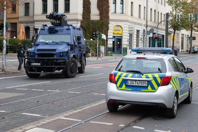 Einsatzfahrzeuge stehen auf einer Hauptstraße nahe der Synagoge.