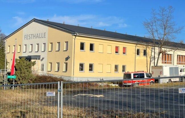 Der Umbau hat begonnen: Die Festhalle in der Kreisstadt wird zum bislang einzigen Impfzentrum des Kreises umfunktioniert.