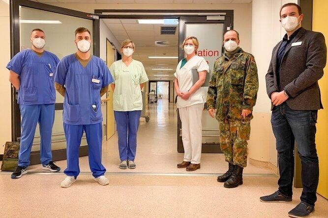 Oberstleutnant d. R. Ronny Kaiser verschaffte sich gemeinsam mit Klinikgeschäftsführer Ralph Junghans und Pflegebereichsleiterin Birgit Fumfack ein Lagebild im Helios Vogtland-Klinikum Plauen.