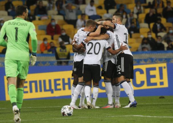Matthias Ginter (2.v.l, Deutschland) feiert mit Teamkameraden das erste Tor ihrer Mannschaft.