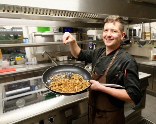 Martin Hienzsch ist im Brauerei Gasthof Zwönitz als Koch tätig und freut sich über die neue Kücheneinrichtung.