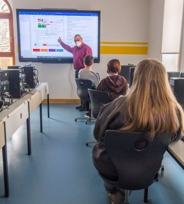 Auch im Unterricht gilt ab dieser Woche Maskenpflicht. Im Foto zu sehen ist Udo Schieronsky, Leiter der Oberschule Eibenstock.