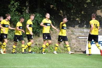 Antreten zum Gratulieren: Moritz Kretzer (rechts) hat eben für den VFC zum 1:1 ausgeglichen. Foto: Ilon Göll