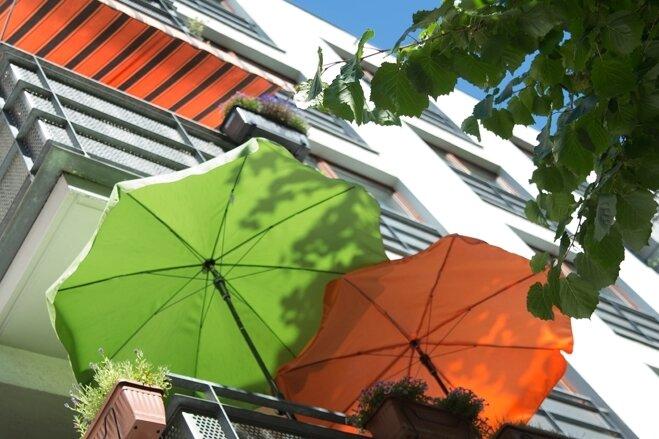 Sonnenschirme und Markisen bringen Schatten. Damit die Anschaffung funktioniert, sollte beim Kauf einiges beachtet werden.