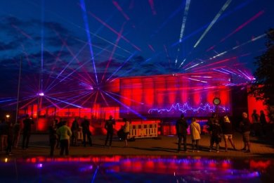 "Die Plauener Festhalle bei der ""Night of Light"" im Juni."