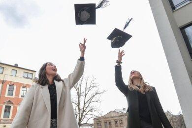 Normalerweise werfen die Graduierten ihre Hüte vor der Oper in die Luft. Isabel Köder (rechts) und Hannah Schmidt-Schwope, die an der TU Wirtschaft studiert haben, mussten am Samstag auf den heimischen Garten ausweichen. Das Werfen klappte trotzdem.