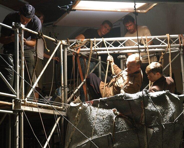 """<p class=""""artikelinhalt"""">Komplizierte Szene: Sinzow alias Michael Schenk und Kurt Meinel, den Vinzens Kiefer verkörpert (v. l.) werden zur Rettung eingeschlossener Bergleute über einen Wetterschacht nach unten gelassen. </p>"""
