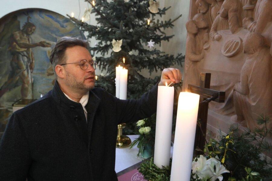 Pfarrer Ferry Suárez wird auch am 24. Dezember die Kerzen auf dem Altar in der Crimmitschauer Lutherkirche anzünden. Das Gebäude ist an jenem Tag geöffnet, einen Gottesdienst gibt es aber nicht.