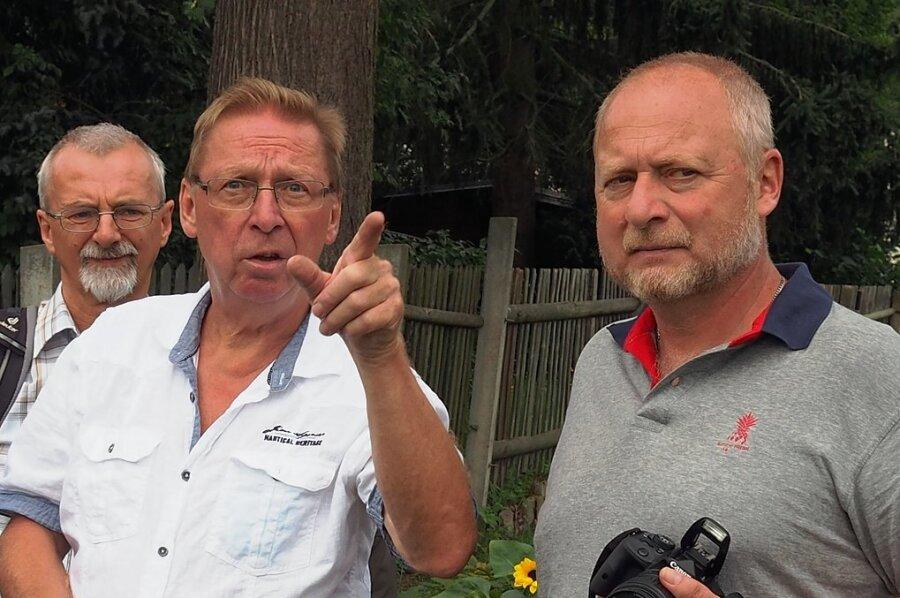 """Vereinsvorsitzender Rainer Leonhardt (vorn links) erläutert dem sächsischen Kleingartenpräsidenten Tommy Brumm (rechts) die Besonderheiten von """"Sachses Ruh""""."""