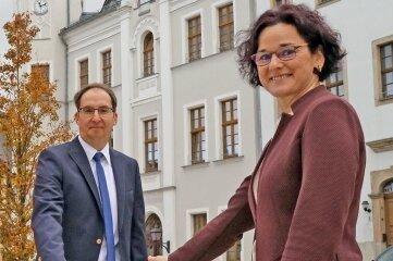 Hendrik König und Bürgermeisterin Obst schalten symbolisch das schnelle Netz frei.
