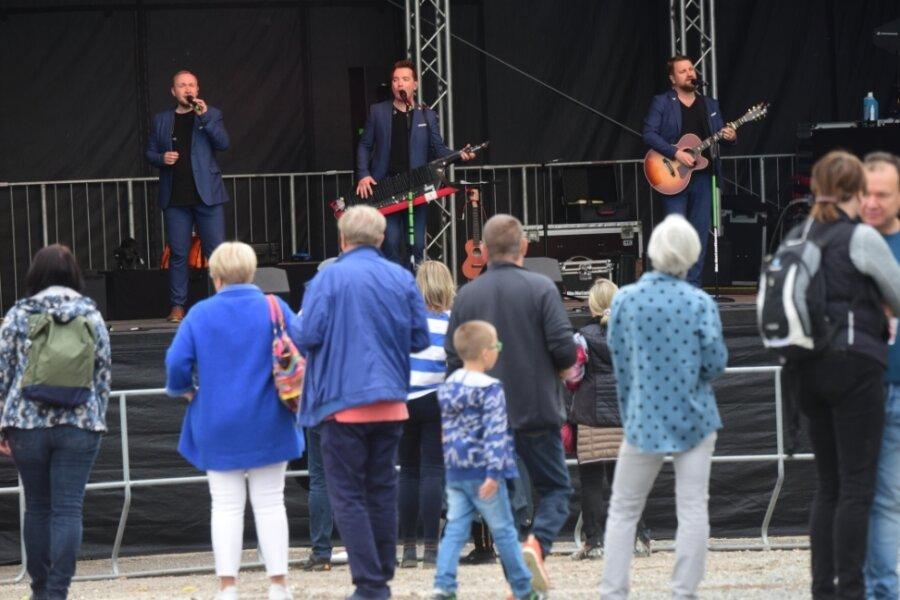Die Band Notendealer hat zum Stadtfest 2020 in Burgstädt gespielt. Auf das Gelände kam man coronabedingt nur mit Ticket.