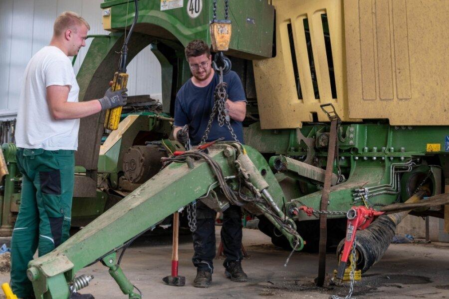 Das für Erntearbeiten ungünstige Wetter wird bei Agraset für Reparaturen und Wartung der Technik genutzt. Landwirt Jannik Dziuballe (li.) und Schlosser Sebastian Thurm arbeiten an einem Selbstfahrmäher.