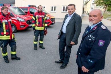 Stadtwehrleiter Gerd Uhlmann und Bürgermeister Ingolf Wappler übergeben die MTW an Karsten Jansky von der Feuerwehr Lippersdorf, Torsten Hiekel aus Reifland und Ulrich Findeisen aus Wünschendorf (v. r.).