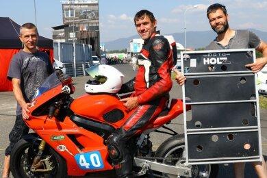 """Stefan Holz vom Team Moto Holz Kfz Meyer Racing konnte sich in Tschechien auf seine Jungs verlassen: """"Sie haben mir glänzend geholfen."""" Torsten Stiehler (r.) und Ralf Böttrich unterstützten den Piloten aus Walthersdorf, der seine Suzuki für den MC Scheibenberg an den Start schiebt."""