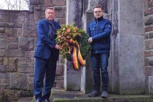 Bürgermeister Heinz-Peter Haustein und Ordnungsamtsleiter Tony Fritzsche legten einen Kranz nieder.