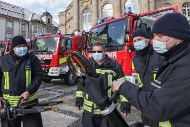 Die neuen Einsatzfahrzeuge der Freiwilligen Feuerwehren von Wittgensdorf, Röhrsdorf, Einsiedel und Kleinolbersdorf-Altenhain sind unter anderem mit Akku-betriebenen Werkzeugen wie Schere und Spreizer ausgestattet (im Bild v. l. Dirk Neumann, Bernd Becker, Hartmut Weber, Michael Krusche).