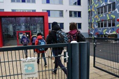 Schüler auf dem Weg zum Unterricht: Neben der Maskenpflicht im Schulgelände sind nun auch zwei Selbsttests pro Woche Pflicht.