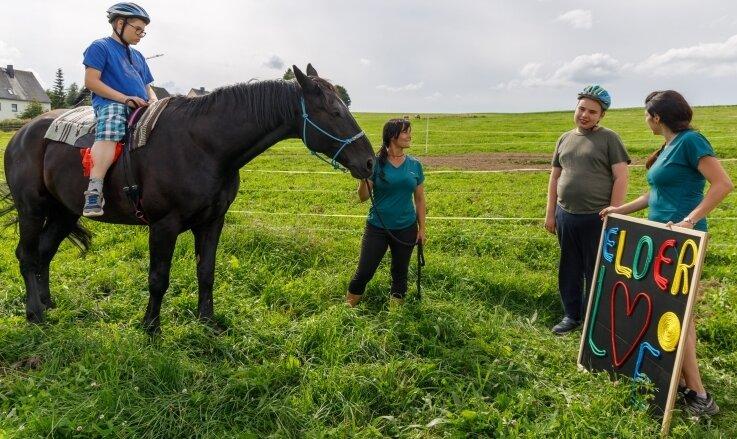 Während der Therapieeinheit auf dem Pferd werden auf spielerische Art auch schulische Aufgaben gelöst.