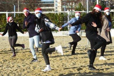 Vertreter von vier Chemnitzer Tanzschulen trafen sich am Uferstrand und tanzten im Sonnenschein und auf Sand gemeinsam, um ihren Kundenstamm zu grüßen und für Solidarität zu werben.