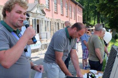 Seit fünf Jahren unterstützt Willy Pfau (links) Holger Drechsel als Co-Moderator beim Waldparkfest in Gornsdorf. In diesem Jahr hat er erstmals die Hauptarbeit am Mikrofon übernommen.
