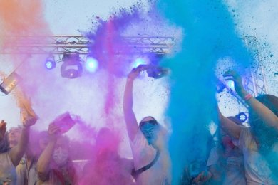 2019 fand zum ersten Mal ein Holi-Festival in Annaberg statt. Auch in diesem Sommer sollen die Farbbeutel wieder in die Luft fliegen.