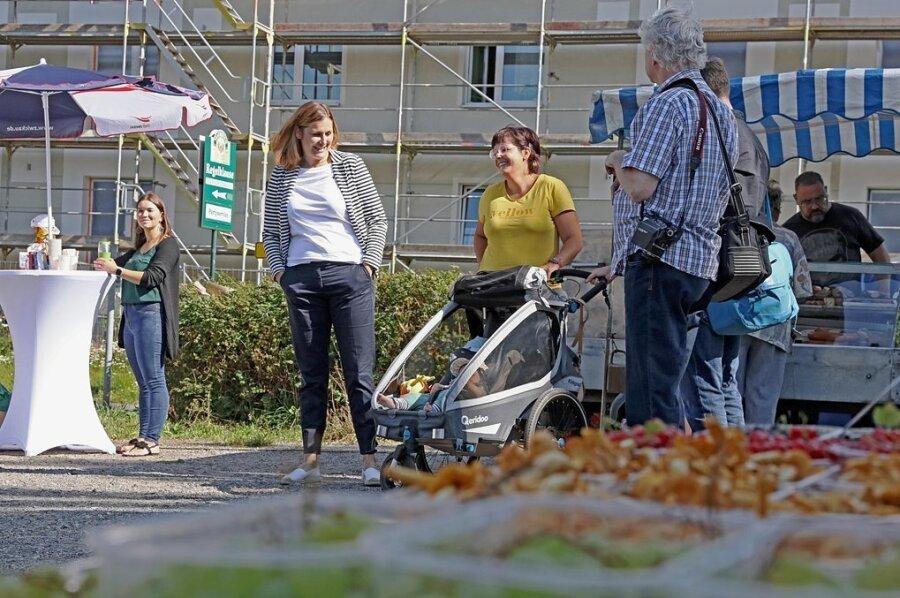 Constance Arndt (links) spricht auf dem Wochenmarkt mit Denise Benzing, die sich eine baldige Sanierung des 04-Bades wünscht.