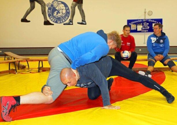 Die Werdauer Landesliga-Ringer haben sich am Wochenende gezielt auf den Saisonstart vorbereitet. Das Foto zeigt Dominik Klann (oben) und Rückkehrer Markus Weiß bei einem Trainingskampf.
