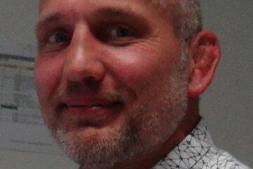 Germania-Trainer André Backhaus im zivilen Leben an seinem Schreibtisch im Landratsamt des Vogtlandkreises.