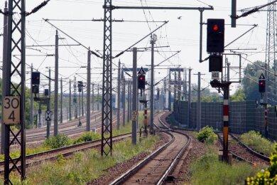 Damit elektrisch betriebene Eisenbahnzüge überall ungehindert fahren können, ist ein enormer Aufwand zur Instandhaltung der Schienen- und Leitungsinfrastruktur vonnöten - zusätzlich zur Bereitstellung der elektrischen Energie. Das alles kostet eine nicht unerhebliche Menge Geld, das sich die Deutsche-Bahn-Energie anteilig von Fremdnutzern erstatten lässt.