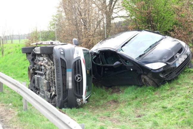 Bei einem Autounfall auf der A 4 wurden zwei Personen verletzt.
