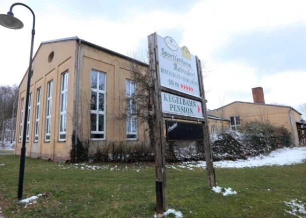 Obwohl das ehemalige Schachtgebäude 1992 teilsaniert wurde, entspricht es nicht mehr den heutigen Anforderungen. Eine Generalsanierung des Sportzentrums an der Schachtstraße in Reinsdorf wird laut Gemeindeverwaltung als unwirtschaftlich dargestellt.