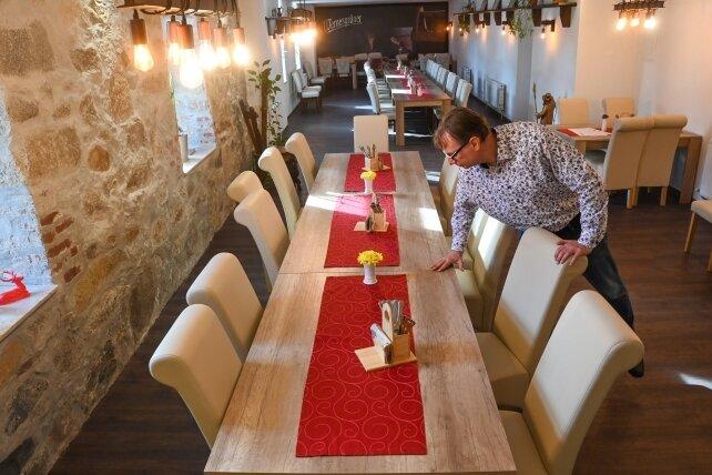 """Jan Kösters, Chef des Gasthofes """"Roter Hirsch"""" in Claußnitz hat einen neuen Gastraum auf der ehemaligen Kegelbahn geschaffen."""