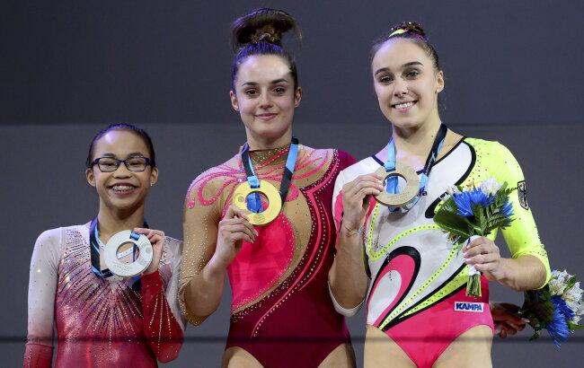 Pauline Schäfer (M.) und Tabea Alt (r.) präsentieren gemeinsam mit der US-Amerikanerin Morgan Hurd ihre wertvollen WM-Medaillen.