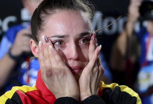 Pauline Schäfer weint Tränen der Freude und Erleichterung. Sie kann des Geschehene nicht fassen.