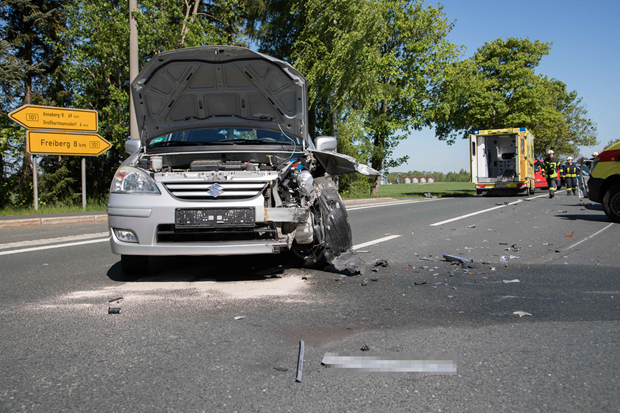 Zwei Personen bei Unfall schwer verletzt - B 101 gesperrt