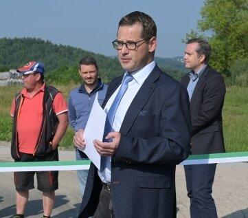 Bürgermeister Alexander Troll bei der Übergabe der Verkehrsanlage.