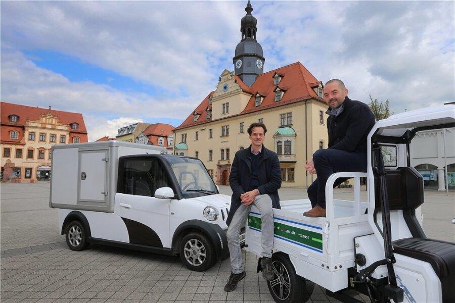 """Daniel Jacob (l.) und Thomas Kuwatsch verkaufen den wohl kleinsten Elektrotransporter Deutschlands mit Straßenzulassung. Der Name Ari kommt aus dem Japanischen und heißt übersetzt """"Ameise""""."""