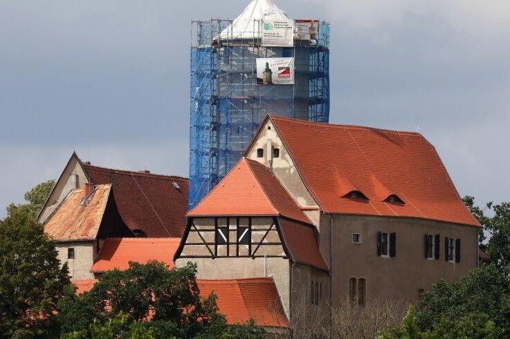 Der angesichts von Sanierungsarbeiten eingerüstete Bergfried der Burg Schönfels zieht Neugierige zu dem alten Gemäuer.